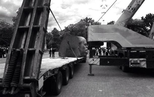 В Днепропетровске демонтировали стелу с барельефом Ленина
