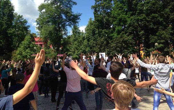 Булатов вывел на зарядку киевскую молодежь