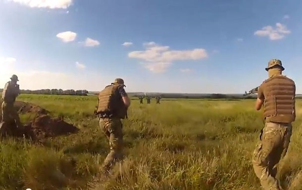 Обнародовано видео, как неизвестные в камуфляже сдаются силовикам АТО
