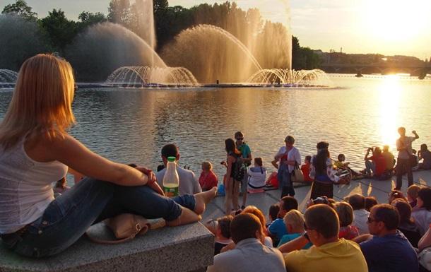 Винница, набережная, фонтан Roshen, светомузыкальное шоу и его зрители
