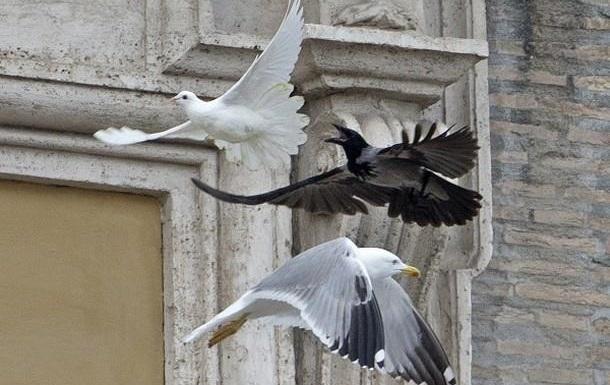 Чёрная «путинская ворона» продолжает нападать на Украину