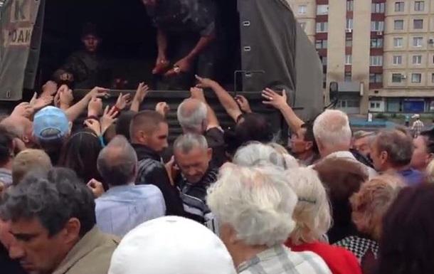 О чем говорят жители Славянска в очередях за гуманитарной помощью