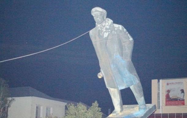 В Херсонской области повалили памятник Ленину