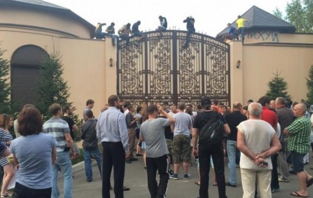 Автомайдан пикетировал Ахметова в Конча-Заспе