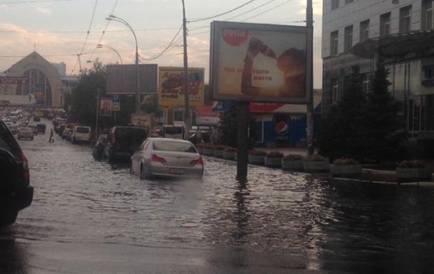 В Киеве часть улицы Жилянской залило водой