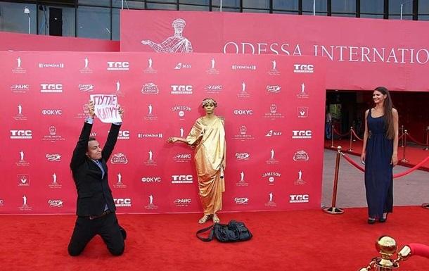 Активист устроил акцию против Путина на открытии кинофестиваля в Одессе