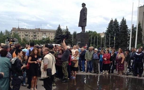 Возле горсовета Славянска показывают украинские телеканалы - МВД