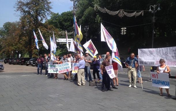 Участники митинга под Кабинетом Министров не знают, что защищают преступника!