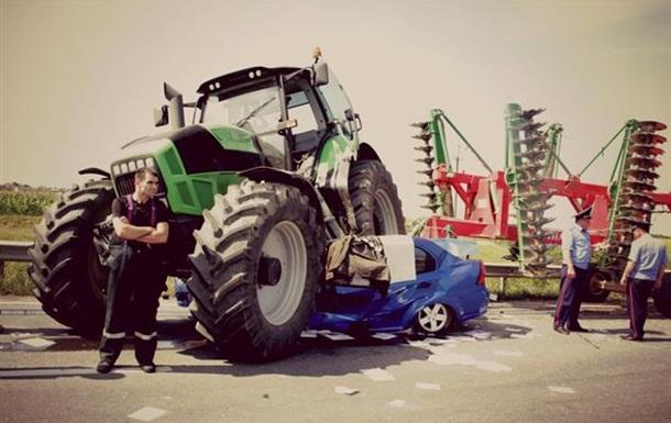 В Закарпатской области столкнулись трактор, маршрутка и автомобиль: трое погибших
