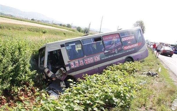 На Закарпатье рейсовый автобус врезался в автомобиль, три человека погибли