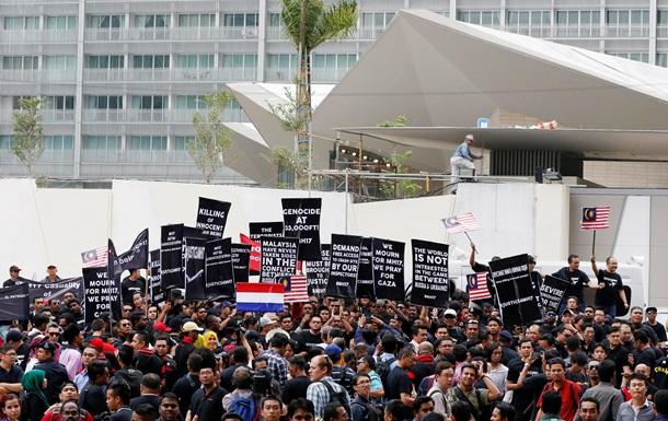 Обурені малайзійці пікетували