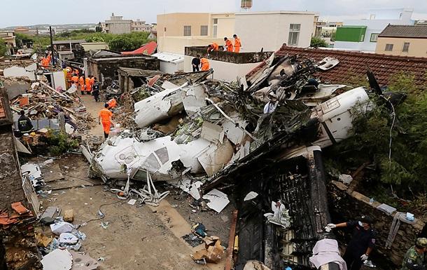 Фото рухнувшего на Тайване самолета, ряд пассажиров которого спаслись