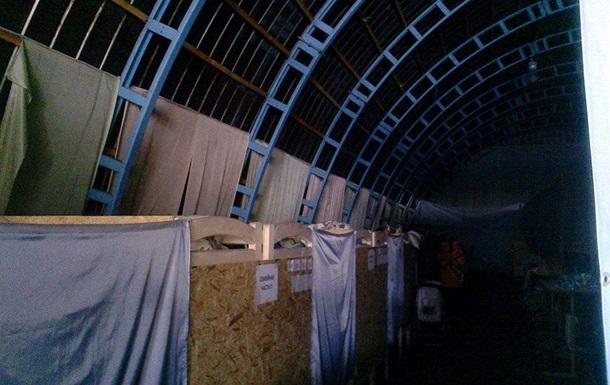 В Киеве 200 беженцев поселились в ангаре завода