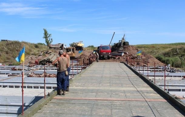 На месте взорванных мостов на Донбассе устанавливают временные переправы