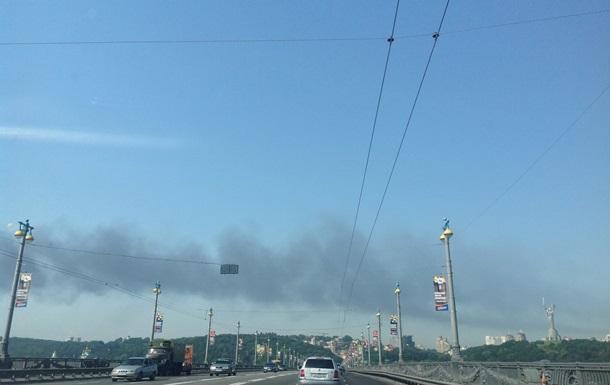 В Киеве на Березняковской горела деревообрабатывающая фабрика, дым виден около метро Выдубичи