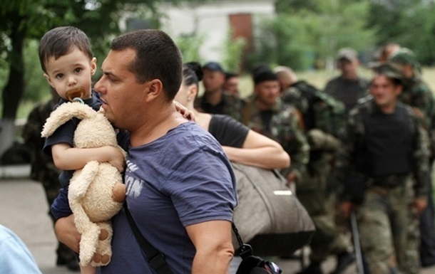 От Яценюка требуют улучшить процесс эвакуации из зоны АТО