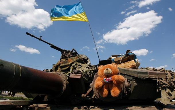 Обстрелянные кафе, танки и бесплатный хлеб: фоторепортаж из Дебальцево