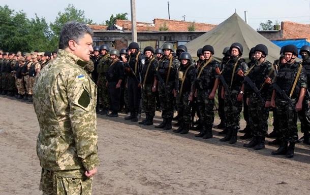 Порошенко наградил силовиков АТО за мужество и службу