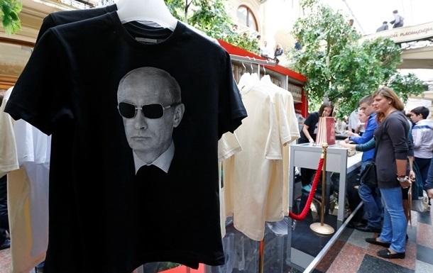 Микки Рурк и Стивен Сигал примерили футболки с Путиным