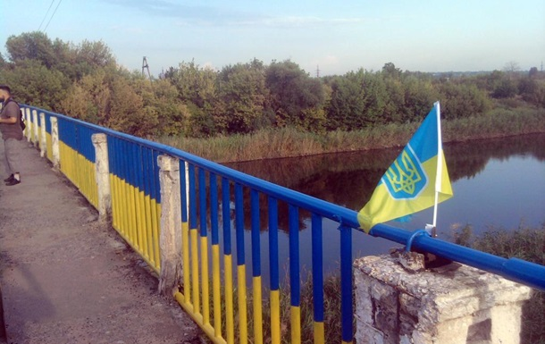 В Славянске для военных разрисовали мост в цвета флага Украины