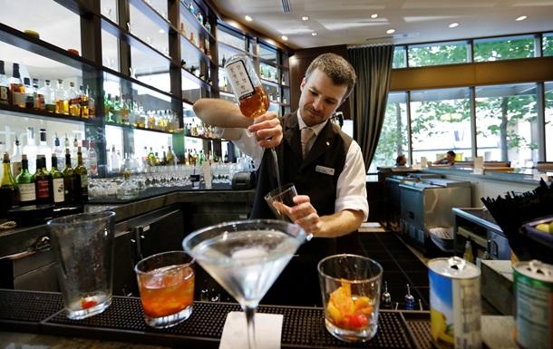 Неверные жены предпочитают курортные романы с официантами и барменами - исследование