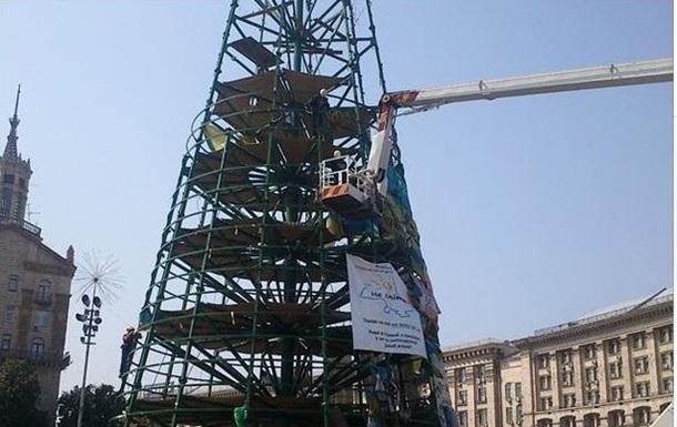На Майдане начали разбирать елку