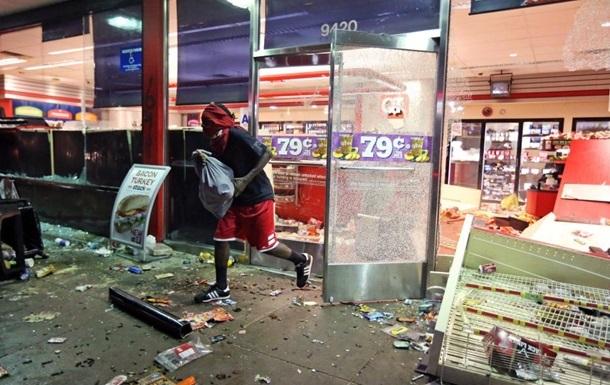 В американском Фергюсоне продолжаются беспорядки: власти не могут взять ситуацию под контроль
