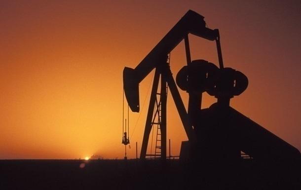 Цена на нефть впервые за год упала ниже 100 долларов за баррель