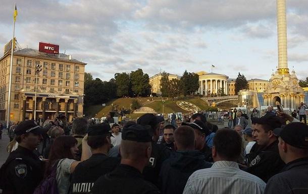 Милиция на Майдане разгоняет  антипарадный  митинг