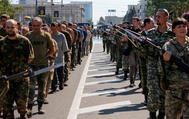 По Донецку провели пленных украинских солдат и показали  фронтовые трофеи