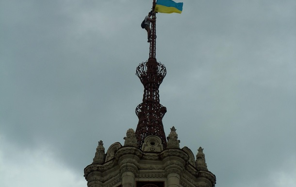 Активист, установил флаг Украины в Киеве на Хрещатике