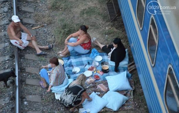 В Мариуполе переселенцы из зоны АТО поселились в поездах