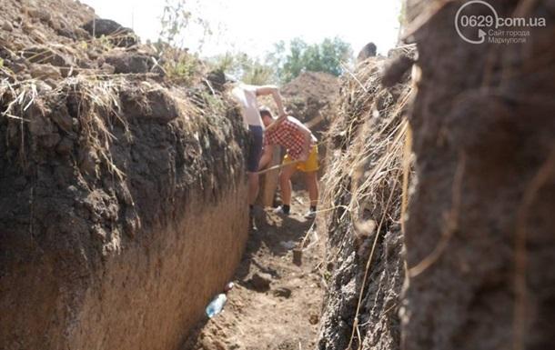 Полсотни мариупольцев вышли копать окопы для армии