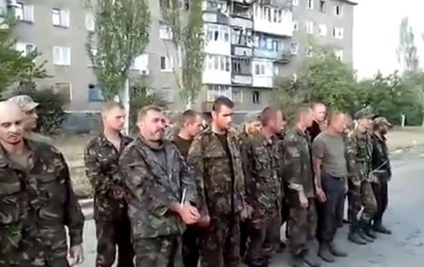 В Снежном пленных военных выставили на всеобщее обозрение
