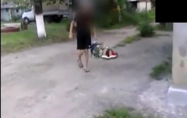 В России подросток выложил в сеть видео, на котором избивает пожилую женщину