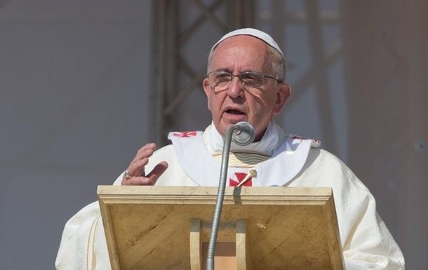 Папа Римский обвенчал несколько пар с детьми вне брака