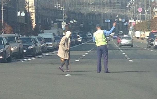 Сотрудник ГАИ перекрыл Крещатик, чтобы перевести бабушку через дорогу