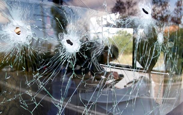 Попадание снаряда в автобус в Донецке - фото