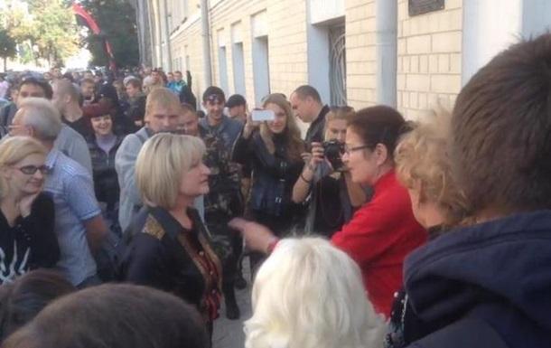 Жену Луценко с криками  Ганьба  прогнали с митинга на Банковой
