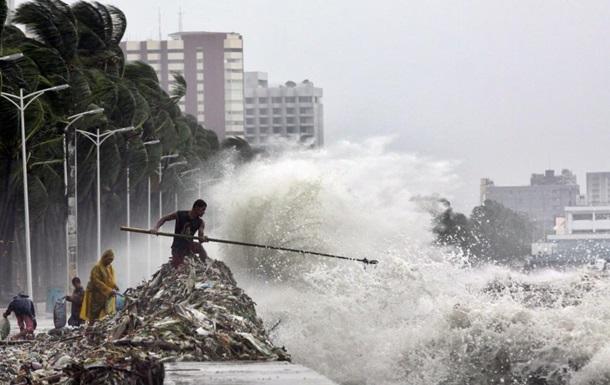 Десятки тысяч филиппинцев эвакуированы из-за надвигающегося сильного шторма