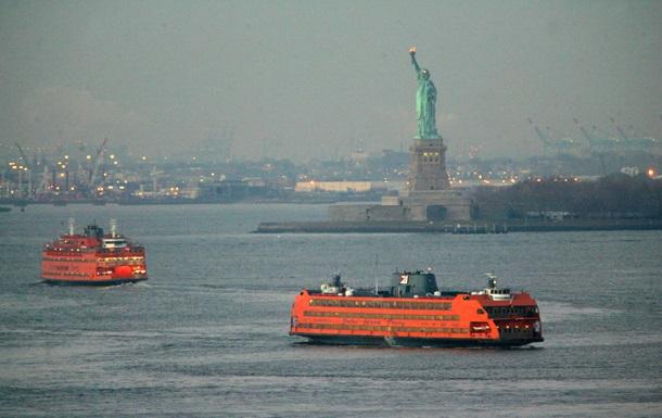 У статуи Свободы на мель село туристическое судно