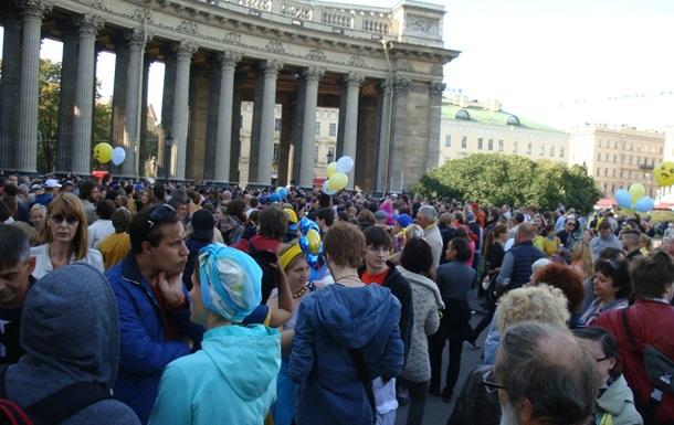 Санкт-Петербург окрасился в голубое и желтое