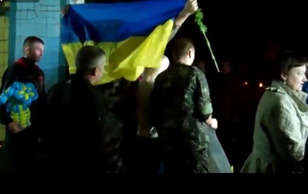 В Днепропетровск вернулись 24 освобожденных из плена украинских солдата