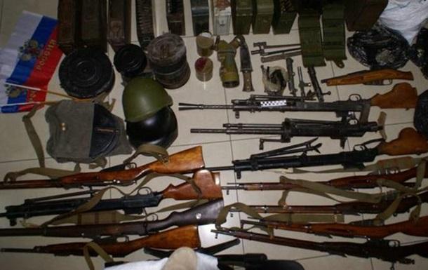 В Запорожской области СБУ задержала торговцев оружием с флагами РФ