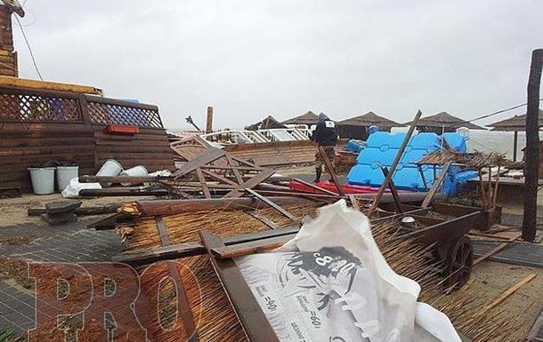 Над Украиной пронесся ураган: разрушены дома, разбиты автомобили