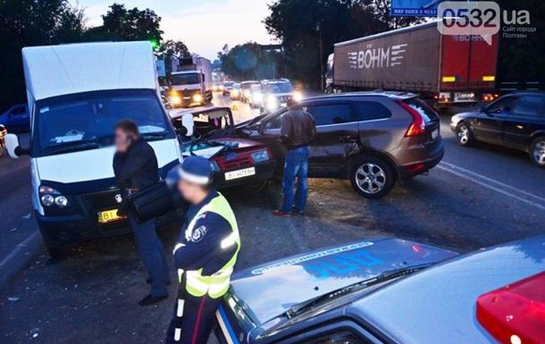 ДТП в Полтаве: внедорожник протаранил три автомобиля