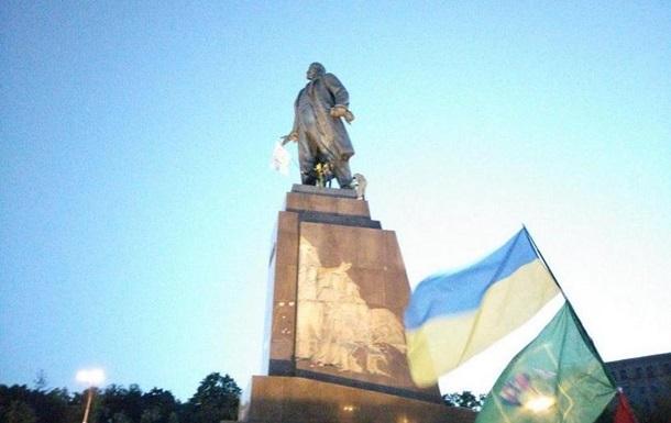 Кернес пообещал восстановить разрушенный памятник Ленину