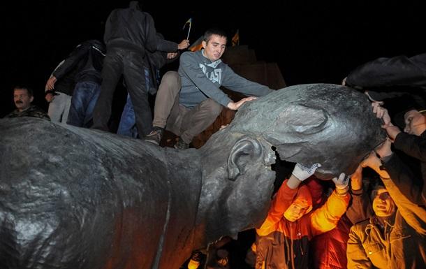 Внутри он ватный оказался. Соцсети о сносе памятника Ленину в Харькове