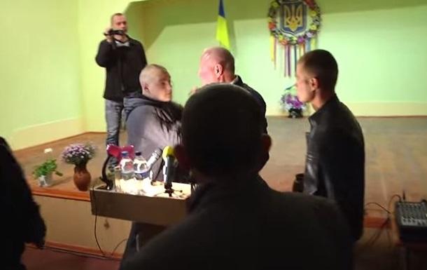 В Одесской области пытались засунуть в мусорный бак кандидата в депутаты