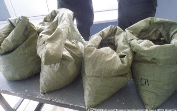Украинка пыталась вывезти за рубеж несколько мешков янтаря